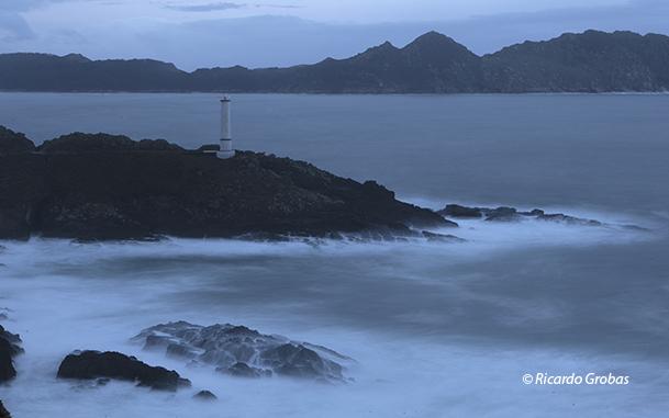 Faro de Cabo Home, frente a las islas Cíes.