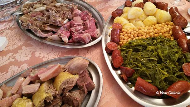 Cocido de carne de cerdo, de gallina y de ternera, con chorizos, grelos, garbanzos y patata.