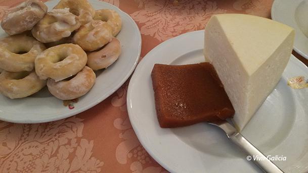 Rosquillas y queso de Arzúa con membrillo.