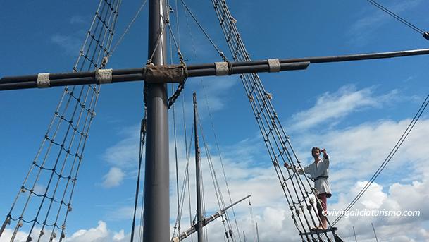 Imagen de un tripulante en los palos de la carabela La Pinta, en el puerto de Baiona (Pontevedra).