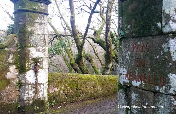 """Entrada al Pazo do Faramello por una """"corredoira"""" de piedra rodeada de robles."""