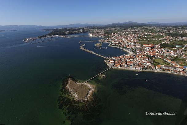 Vista aérea de Cambados y del islote donde se levanta la torre de San Sadurniño.