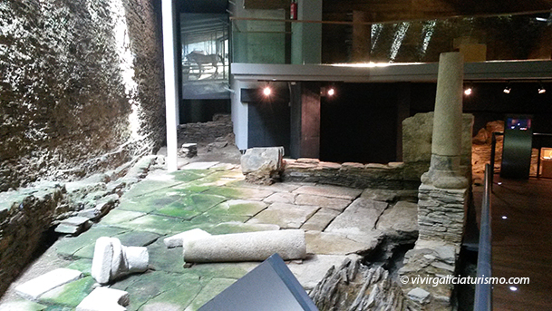 """Patio trasero de la """"domus"""" y muro de la muralla adosado."""