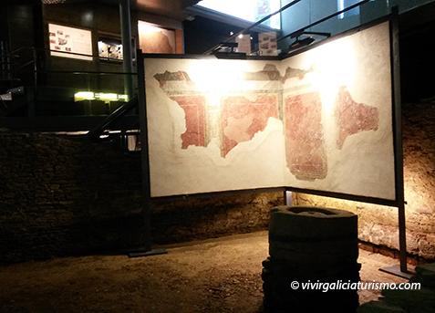 """Panel con pinturas murales recuperadas de la """"domus"""", junto al molino situado en el """"oecus""""."""
