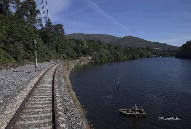 La vía férrea, paralela al curso del Miño.