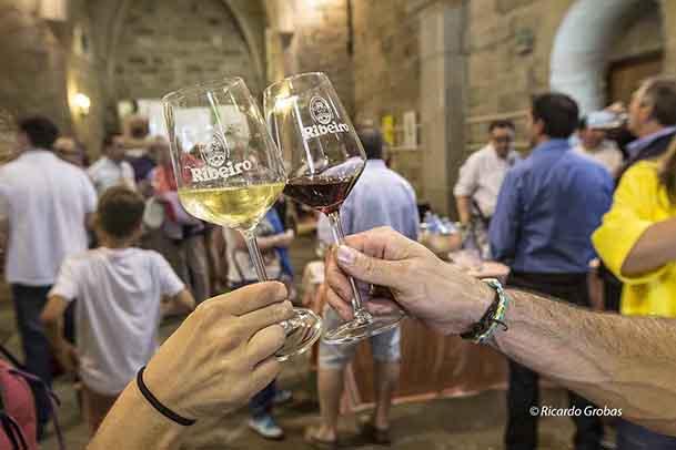 El Túnel del Vino, en el interior de la iglesia de La Madelana, un espacio para catar los vinos de O Ribeiro.