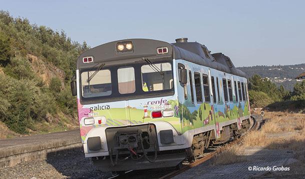El tren turístico entrando en la estación de Santa Cruz de Arrabalde.