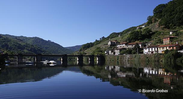 Puente nuevo y pueblo de Belesar.