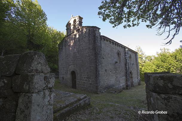 Iglesia románica de Santa María de Pesqueiras, en el lugar de Outeiro (Chantada).