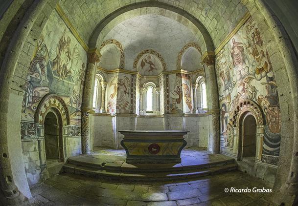 Pinturas murales en el interior de la iglesia de Santa María de As Pesqueiras.
