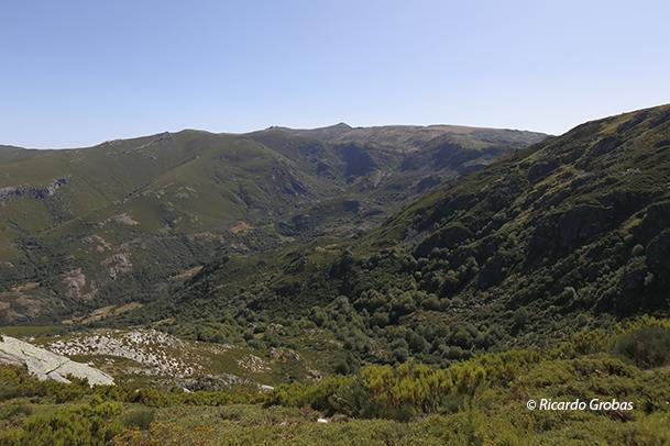 Zona de O Diluvio, en primer plano, y valle del río Xares. Al fondo, las cumbres de Pena Negra y Pena Trevinca.