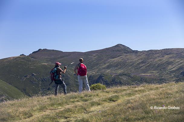 """Vista de Pena Trevinca, a la derecha, y Pena Negra, con sus """"dos cumbres"""", subiendo el monte O Fial."""