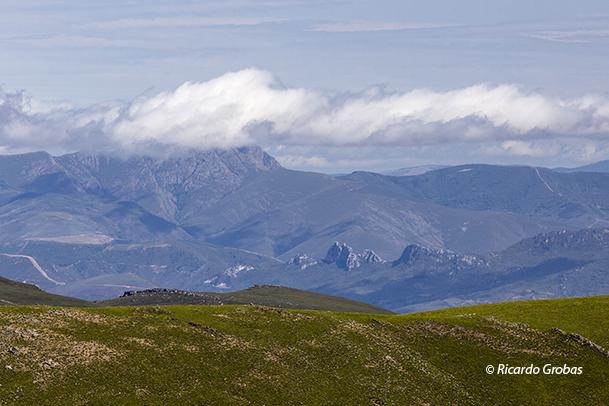 Penedos de Oulego, en Serra da Enciña da Lastra. Tapada por las nubes, Pía Paxaro (O Courel).