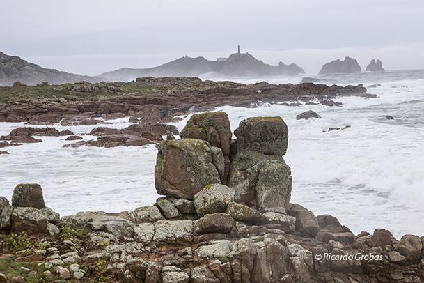 Vista de Cabo Vilán, con la llamada Piedra de los Enamorados en primer plano.
