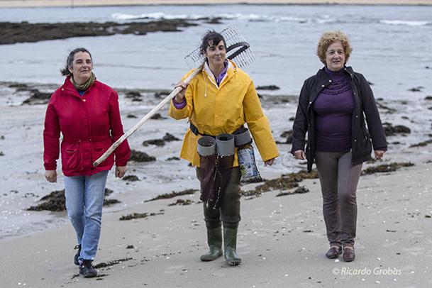 Las mariscadoras Yaqui, Lita y Lola, en la playa de O Ariño.