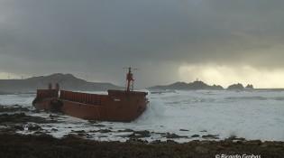 """Gabarra """"Prima"""", encallada en las playas de Riera, el pasado mes de enero."""