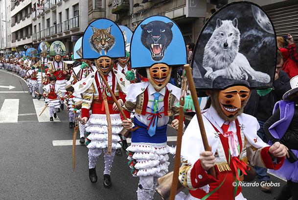Los cigarróns en el desfile del Domingo de Entroido en Verín.