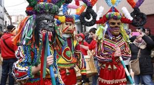 Boteiros en el desfile del Domingo de Carnaval de Viana do Bolo.