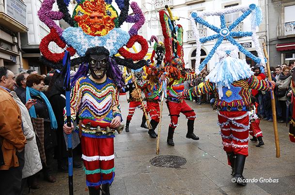 Roteiros danzando, durante el desfile del Domingo de Entroido en Viana do Bolo.