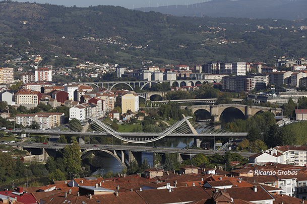 Paisaje urbano de Ourense, con el río Miño atravesado por varios puentes.