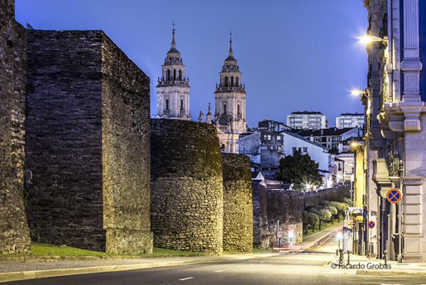 """Muralla y torres de la catedral de Lugo. (Fotografía del libro """"Galicia. Todo un mundo"""")."""