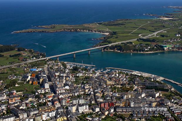 """Núcleo urbano de Ribadeo y puente de Os Santos, sobre la ría del Eo. (Fotografía del libro """"Galicia. Todo un mundo"""")."""