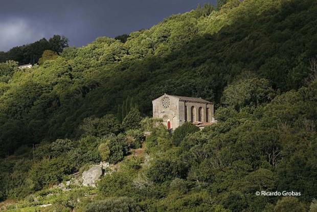 "Iglesia del antiguo monasterio de Santo Estevo de Ribas do Miño. (Fotografía del libro ""Galicia. Todo un mundo"")."
