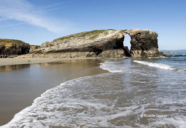 """Playa de As Catedrais. (Fotografía del libro """"Galicia. Todo un mundo"""")."""